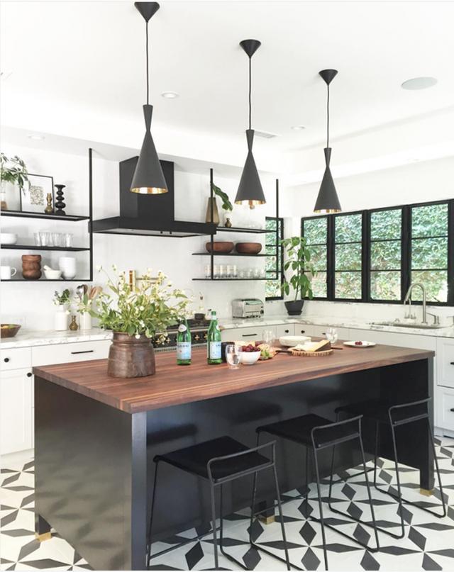 Những ý tưởng lát sàn, ốp tường lạ mà đẹp cho nhà bếp có thể bạn chưa nghĩ tới - Ảnh 1.