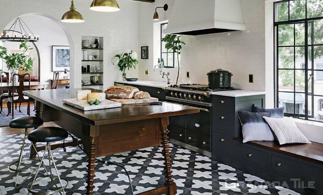Những ý tưởng lát sàn, ốp tường lạ mà đẹp cho nhà bếp có thể bạn chưa nghĩ tới - Ảnh 2.