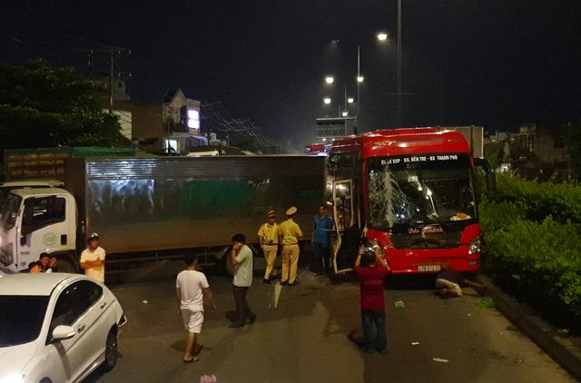 Đầu xe khách biến dạng, nhiều người la hét sau va chạm liên hoàn ở Sài Gòn - Ảnh 1.
