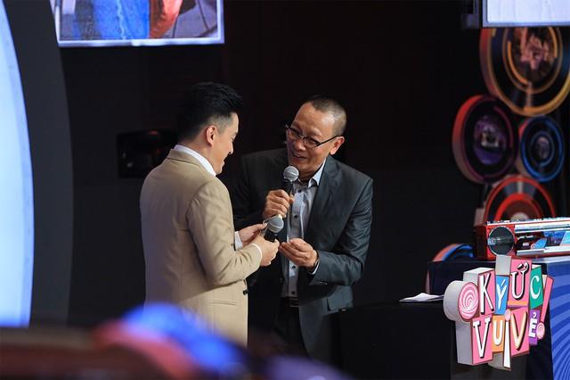 Ký ức vui vẻ: Lặng người khi Lam Trường kể chuyện lén nhìn Ngọc Sơn hát, cầm micro mà run tay muốn đánh rơi - Ảnh 6.