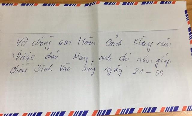 Xót xa bé trai sơ sinh ở Hải Dương bỏ rơi trong đêm với dòng chữ viết vội nhờ người nuôi giúp - Ảnh 2.