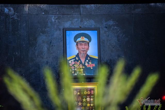 Hàng nghìn người viếng phi công huyền thoại Nguyễn Văn Bảy - Ảnh 1.