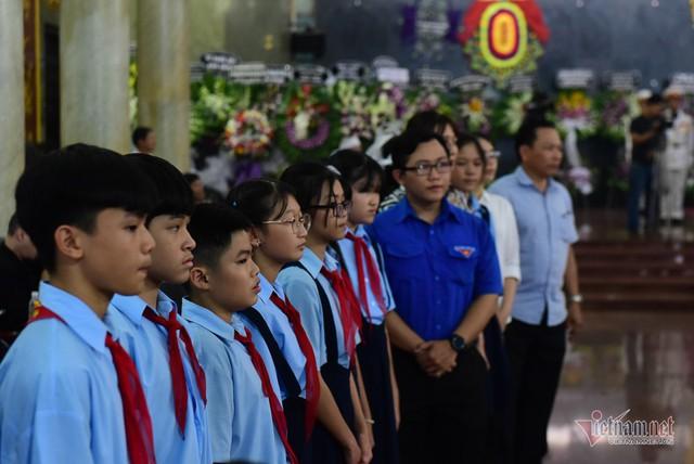 Hàng nghìn người viếng phi công huyền thoại Nguyễn Văn Bảy - Ảnh 11.