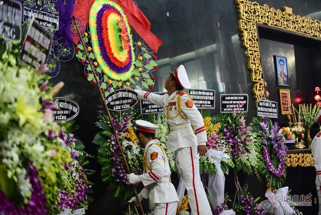 Hàng nghìn người viếng phi công huyền thoại Nguyễn Văn Bảy - Ảnh 13.