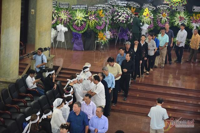 Hàng nghìn người viếng phi công huyền thoại Nguyễn Văn Bảy - Ảnh 16.