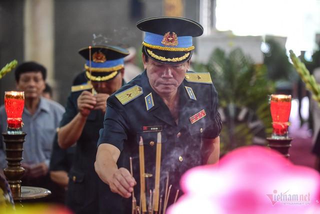 Hàng nghìn người viếng phi công huyền thoại Nguyễn Văn Bảy - Ảnh 3.