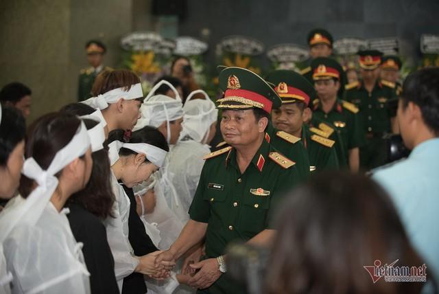 Hàng nghìn người viếng phi công huyền thoại Nguyễn Văn Bảy - Ảnh 4.