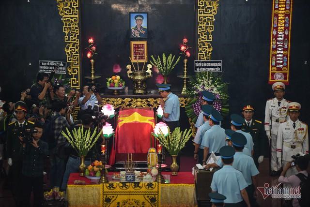 Hàng nghìn người viếng phi công huyền thoại Nguyễn Văn Bảy - Ảnh 5.