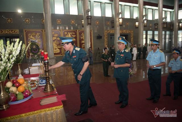 Hàng nghìn người viếng phi công huyền thoại Nguyễn Văn Bảy - Ảnh 6.