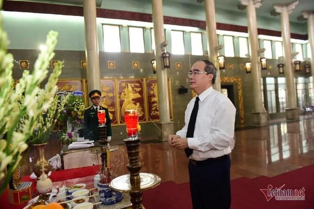 Hàng nghìn người viếng phi công huyền thoại Nguyễn Văn Bảy - Ảnh 7.