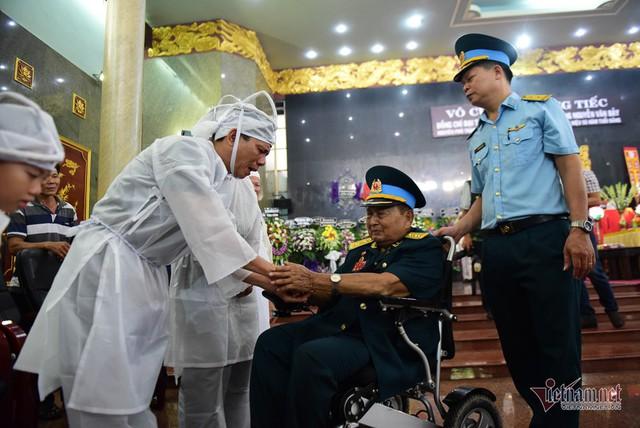 Hàng nghìn người viếng phi công huyền thoại Nguyễn Văn Bảy - Ảnh 8.