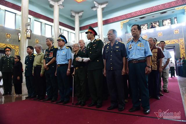 Hàng nghìn người viếng phi công huyền thoại Nguyễn Văn Bảy - Ảnh 9.