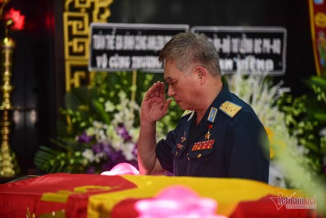 Hàng nghìn người viếng phi công huyền thoại Nguyễn Văn Bảy - Ảnh 10.
