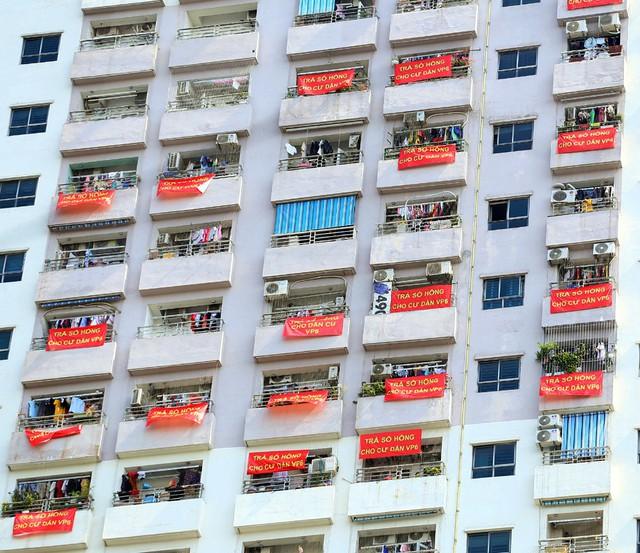Hơn 4 năm chưa được cấp sổ hồng, cư dân VP6 Linh Đàm treo băng rôn nhuộm đỏ ban công - Ảnh 6.