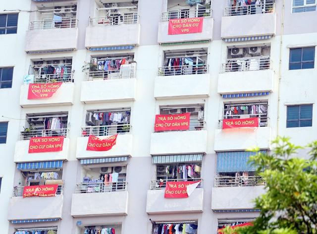 Hơn 4 năm chưa được cấp sổ hồng, cư dân VP6 Linh Đàm treo băng rôn nhuộm đỏ ban công - Ảnh 7.