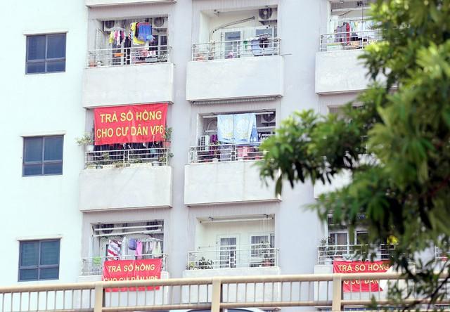 Hơn 4 năm chưa được cấp sổ hồng, cư dân VP6 Linh Đàm treo băng rôn nhuộm đỏ ban công - Ảnh 8.