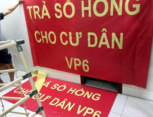 Hơn 4 năm chưa được cấp sổ hồng, cư dân VP6 Linh Đàm treo băng rôn nhuộm đỏ ban công - Ảnh 3.