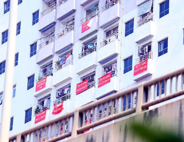 Hơn 4 năm chưa được cấp sổ hồng, cư dân VP6 Linh Đàm treo băng rôn nhuộm đỏ ban công - Ảnh 11.