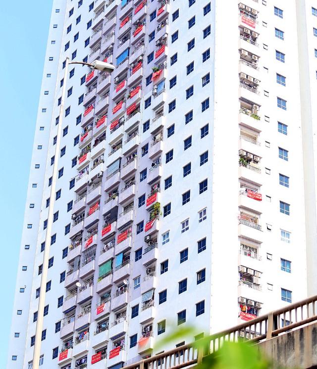 Hơn 4 năm chưa được cấp sổ hồng, cư dân VP6 Linh Đàm treo băng rôn nhuộm đỏ ban công - Ảnh 12.