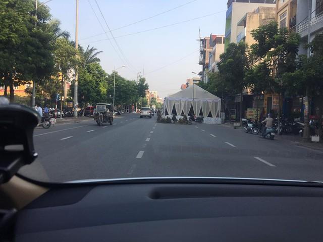 Xôn xao hình ảnh người dân dựng rạp đám cưới lấn chiếm cả nửa con đường ở Bắc Ninh - Ảnh 2.