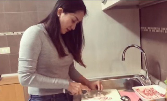 Hiếm hoi lắm mới thấy Khánh Thi vào bếp và nhận xét không ngờ của chồng trẻ  - Ảnh 1.