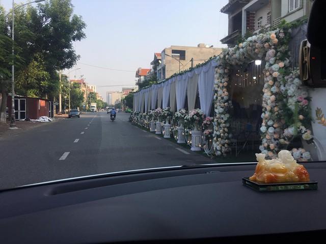 Xôn xao hình ảnh người dân dựng rạp đám cưới lấn chiếm cả nửa con đường ở Bắc Ninh - Ảnh 3.