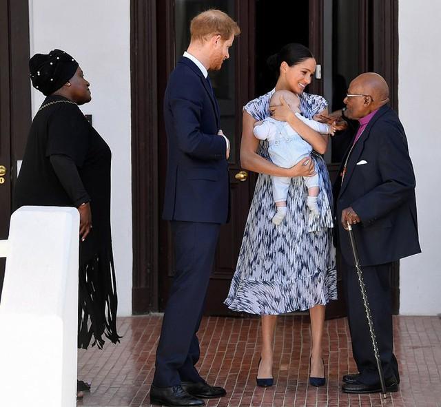 Vợ chồng Meghan đưa con trai đi uống trà - Ảnh 2.