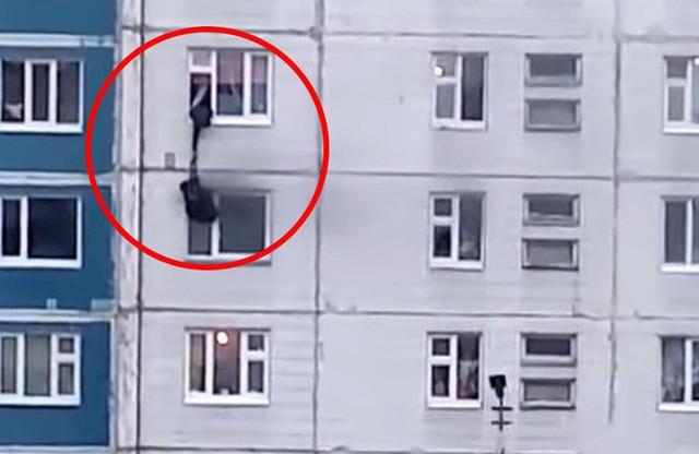 'Anh hùng' lạ mặt thả dây qua cửa sổ, cứu cô gái trẻ khỏi căn hộ bốc cháy - Ảnh 1.