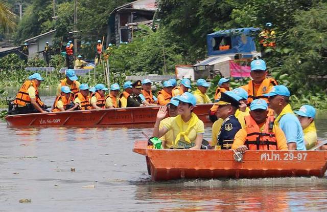 Hoàng quý phi Thái Lan lẻ loi đi sự kiện một mình, gây bất ngờ với phong cách hoàn toàn trái ngược với Hoàng hậu - Ảnh 1.