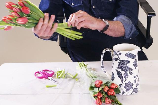 3 mẹo cắm hoa đơn giản ai cũng có thể thực hiện giúp căn nhà bừng sáng - Ảnh 1.
