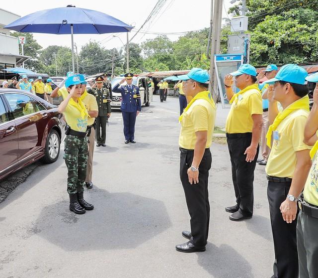 Hoàng quý phi Thái Lan lẻ loi đi sự kiện một mình, gây bất ngờ với phong cách hoàn toàn trái ngược với Hoàng hậu - Ảnh 4.
