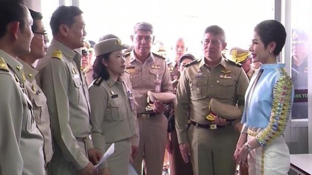 Hoàng quý phi Thái Lan lẻ loi đi sự kiện một mình, gây bất ngờ với phong cách hoàn toàn trái ngược với Hoàng hậu - Ảnh 6.