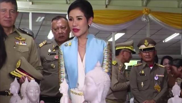 Hoàng quý phi Thái Lan lẻ loi đi sự kiện một mình, gây bất ngờ với phong cách hoàn toàn trái ngược với Hoàng hậu - Ảnh 8.