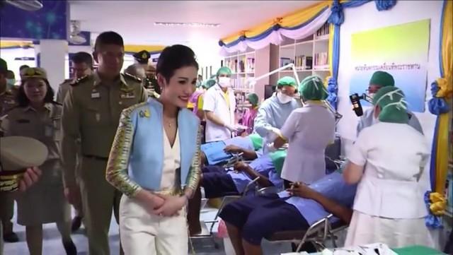 Hoàng quý phi Thái Lan lẻ loi đi sự kiện một mình, gây bất ngờ với phong cách hoàn toàn trái ngược với Hoàng hậu - Ảnh 9.