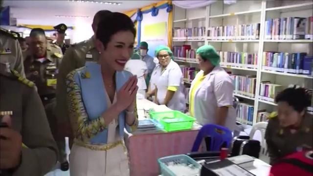 Hoàng quý phi Thái Lan lẻ loi đi sự kiện một mình, gây bất ngờ với phong cách hoàn toàn trái ngược với Hoàng hậu - Ảnh 10.