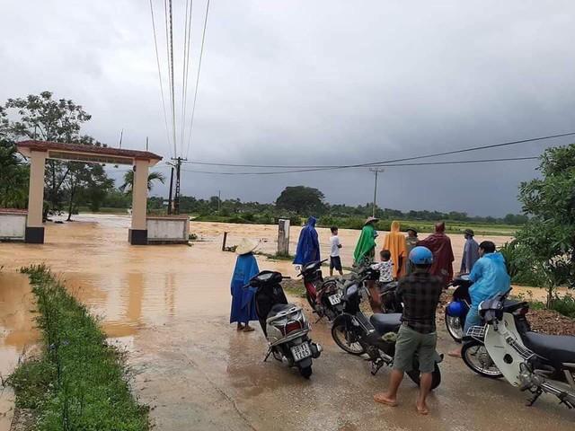 Mưa lớn kéo dài, nhiều huyện miền núi Hà Tĩnh bị ngập sâu, chia cắt cục bộ - Ảnh 1.