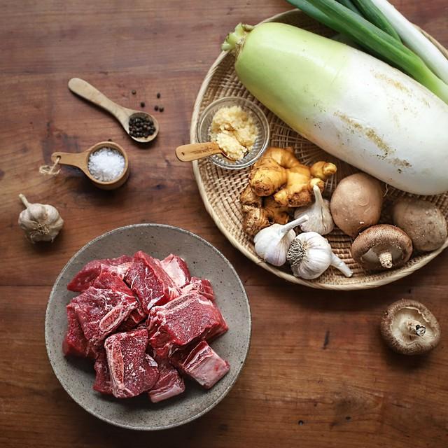 Học người Hàn cách nấu canh sườn ngọt thơm lạ miệng, ăn là thích ngay - Ảnh 1.