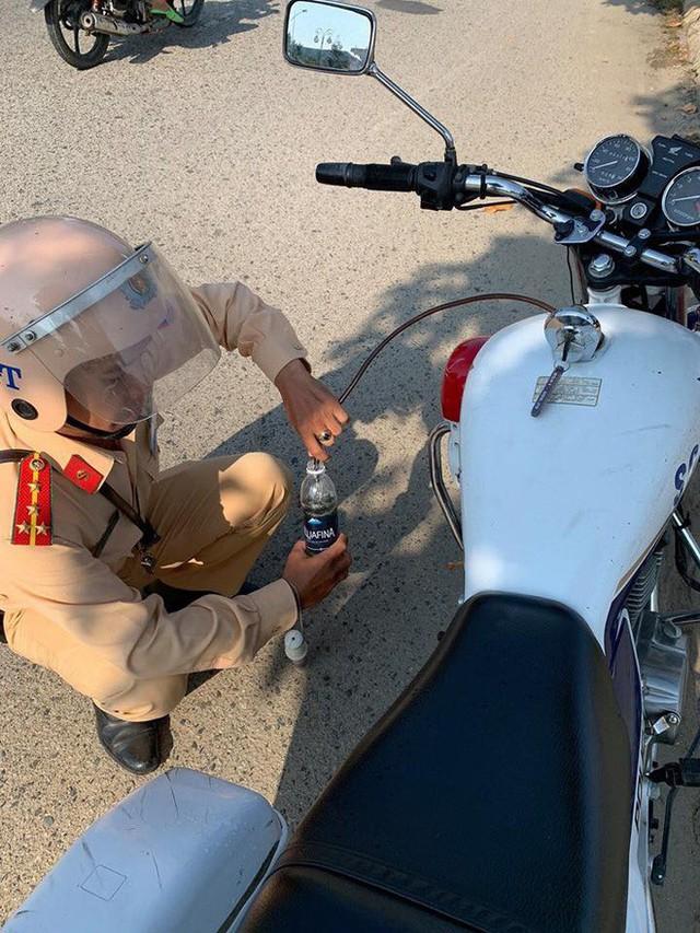 Hai mẹ con loay hoay vì xe máy bị hết xăng giữa đường và hành động đẹp cả anh CSGT khiến nhiều người ấm lòng - Ảnh 2.
