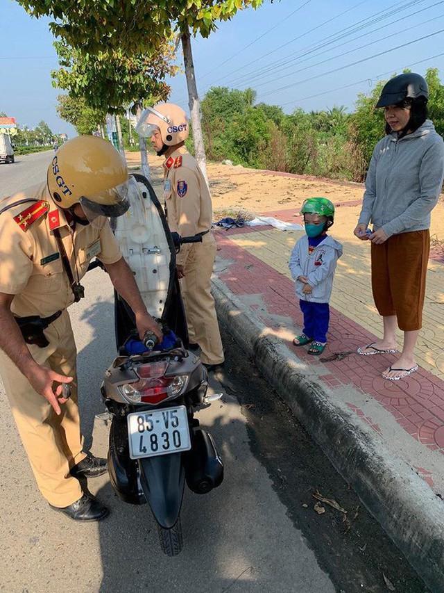 Hai mẹ con loay hoay vì xe máy bị hết xăng giữa đường và hành động đẹp cả anh CSGT khiến nhiều người ấm lòng - Ảnh 4.