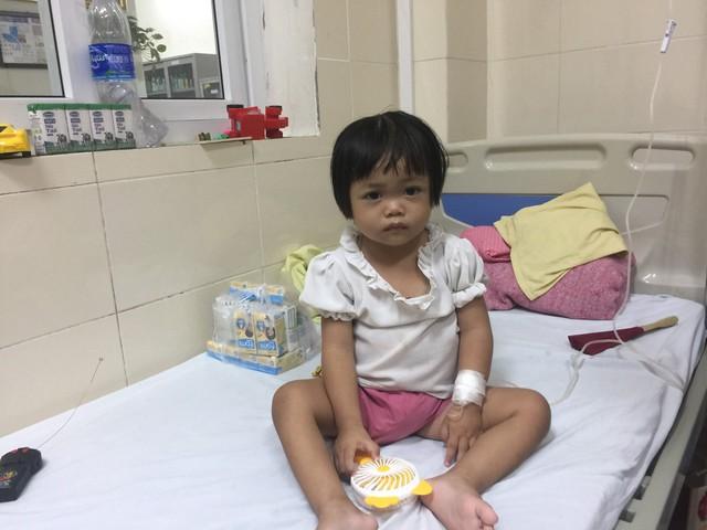 Xót xa cháu bé sớm mồ côi mẹ, giờ lại mang bệnh ung thư - Ảnh 1.