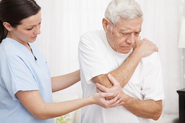 Thoái hóa khớp ở người già: Phòng và điều trị thế nào? - Ảnh 2.