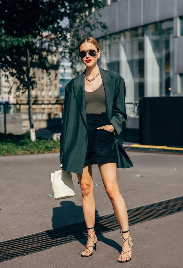 Quần short + blazer: Có cả loạt cách mix đồ giúp chân dài phải biết cho style của các nàng tuổi băm - Ảnh 9.