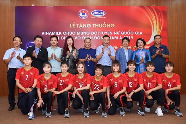 Vinamilk trao thưởng chúc mừng đội tuyển bóng đá nữ Quốc gia vô địch Đông Nam Á 2019 - Ảnh 3.