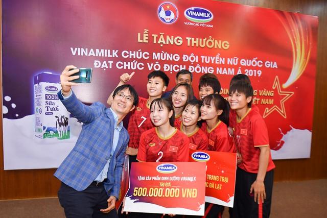 Vinamilk trao thưởng chúc mừng đội tuyển bóng đá nữ Quốc gia vô địch Đông Nam Á 2019 - Ảnh 5.