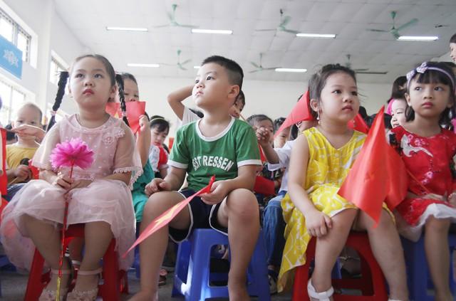 Xúc động học sinh hát Quốc ca bằng tay trong lễ khai giảng tại ngôi trường đặc biệt nhất Hà Nội - Ảnh 11.