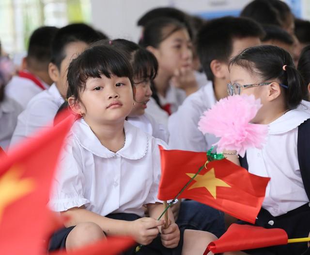 Xúc động học sinh hát Quốc ca bằng tay trong lễ khai giảng tại ngôi trường đặc biệt nhất Hà Nội - Ảnh 12.
