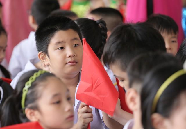 Xúc động học sinh hát Quốc ca bằng tay trong lễ khai giảng tại ngôi trường đặc biệt nhất Hà Nội - Ảnh 13.