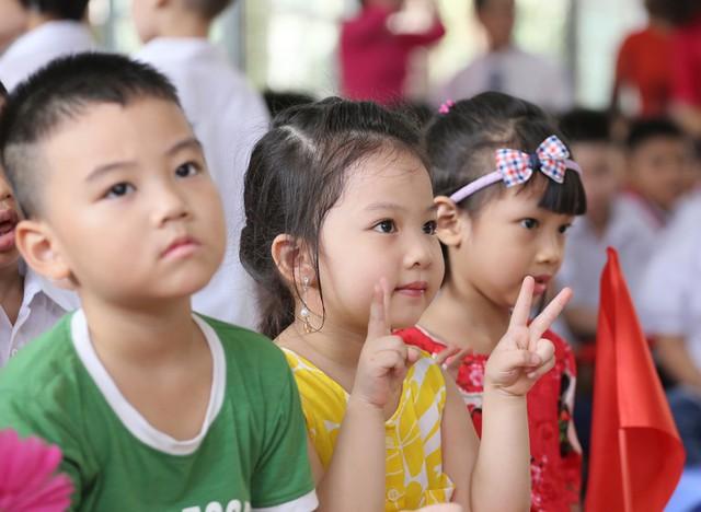 Xúc động học sinh hát Quốc ca bằng tay trong lễ khai giảng tại ngôi trường đặc biệt nhất Hà Nội - Ảnh 14.