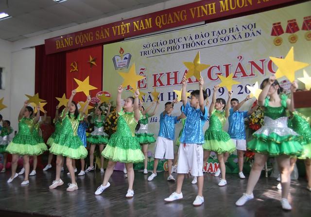 Xúc động học sinh hát Quốc ca bằng tay trong lễ khai giảng tại ngôi trường đặc biệt nhất Hà Nội - Ảnh 10.