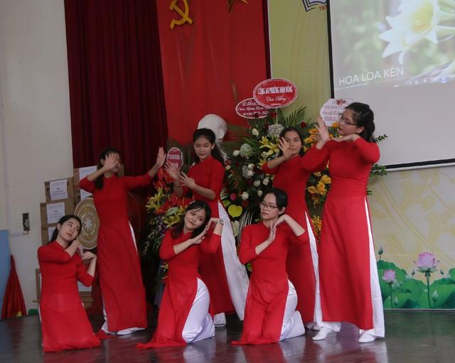 Xúc động học sinh hát Quốc ca bằng tay trong lễ khai giảng tại ngôi trường đặc biệt nhất Hà Nội - Ảnh 8.